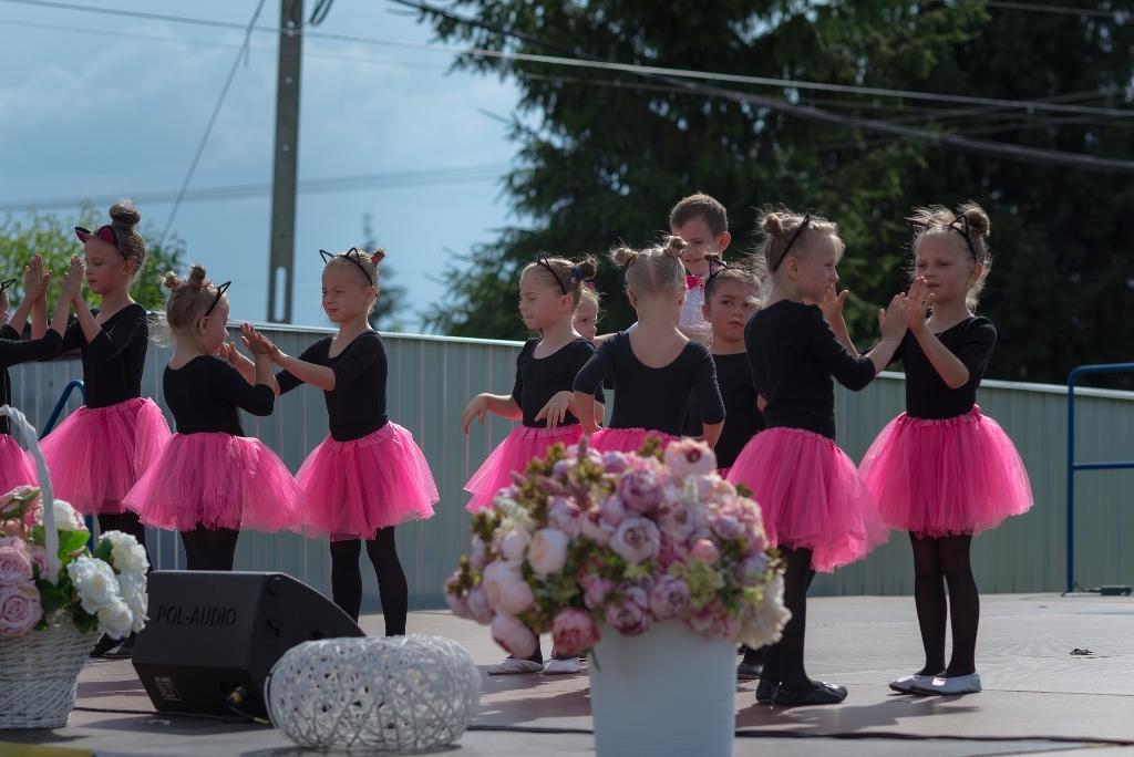 Grupa taneczna dzieci prezentowała się na dużej scenie podczas Pikniku Rodzinnego przy Domu Kultury w Witkowicach